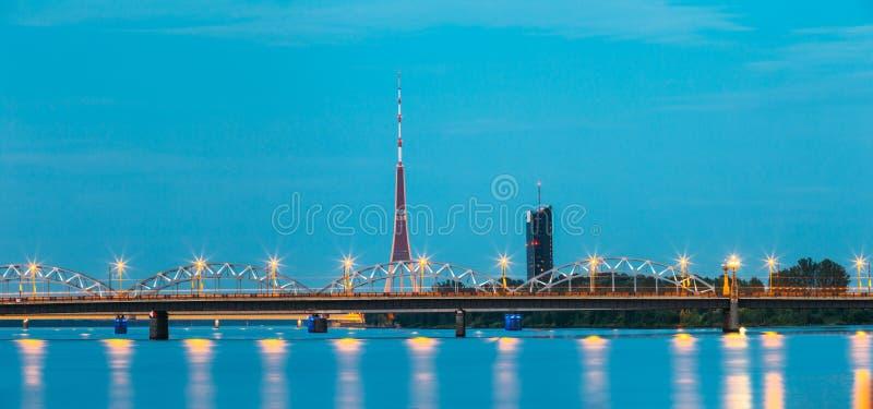 latvia Riga Iluminujący Dwa mosta: Kamienny I Kolejowy most W obraz royalty free