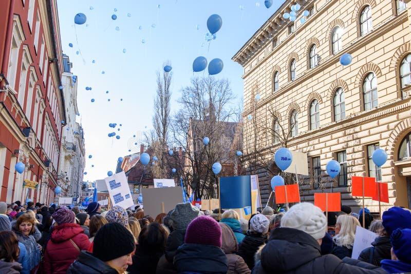 Учителя решают для странных воздушных шаров отпуска идеи в воздухе, во время пикетчика, протест для подъема оплаты стоковые фото