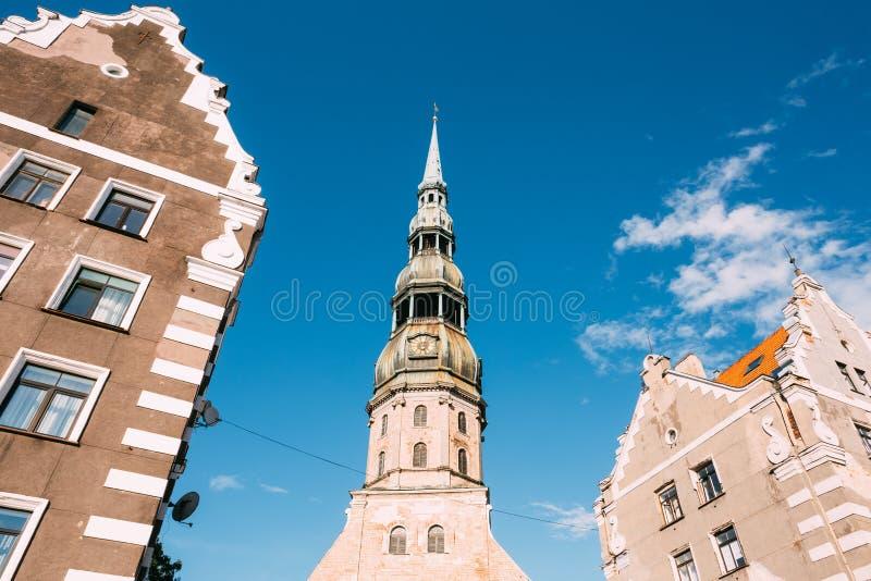 latvia riga Nedersta sikt av Fleche med klockan av St Peter Church royaltyfri fotografi