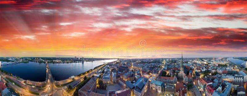 latvia riga Stadshorisont och flod på natten - flyg- sikt arkivfoto