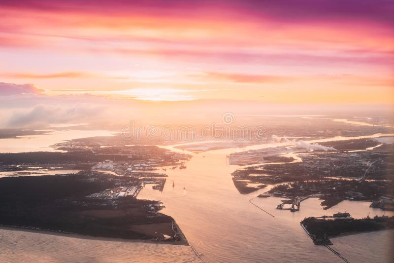 Latvia Widok Z Lotu Ptaka Zachodni Dvina Płynie W morze bałtyckie Blisko Ryskiego Podczas zimy wschód słońca samolot na lotniczy fotografia stock
