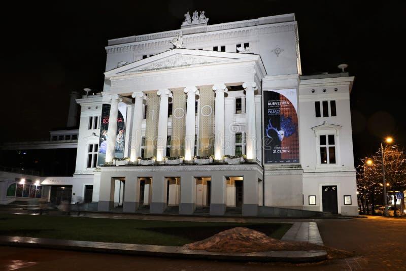 Latvian Krajowa opera w Ryskim przy nocą zdjęcia stock