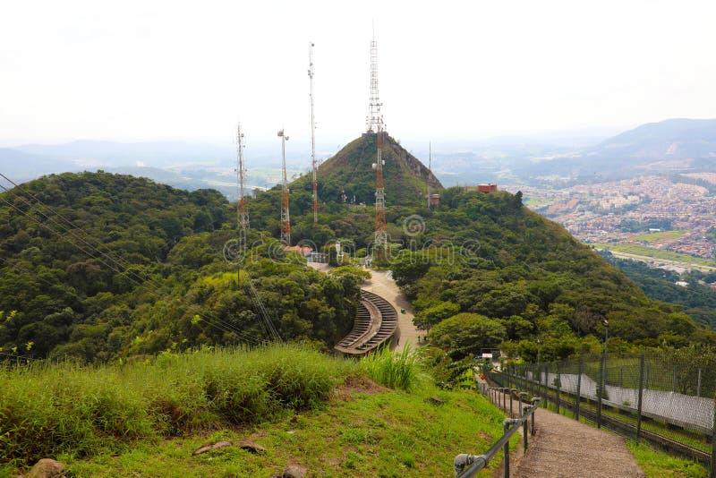 Latwerk met vele gelijkenissen en televisie en radioantennes op Jaragua-Piek, Sao Paulo, Brazilië royalty-vrije stock fotografie