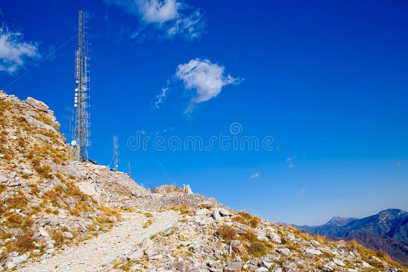 Latwerk voor telecommunicaties, radiozender op de top stock afbeelding