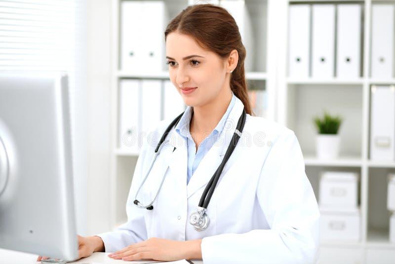 Latyno-amerykański doktorska kobiety pozycja z rękami krzyżować i one uśmiechają się przy szpitalem Lekarz przygotowywający egzam obrazy royalty free