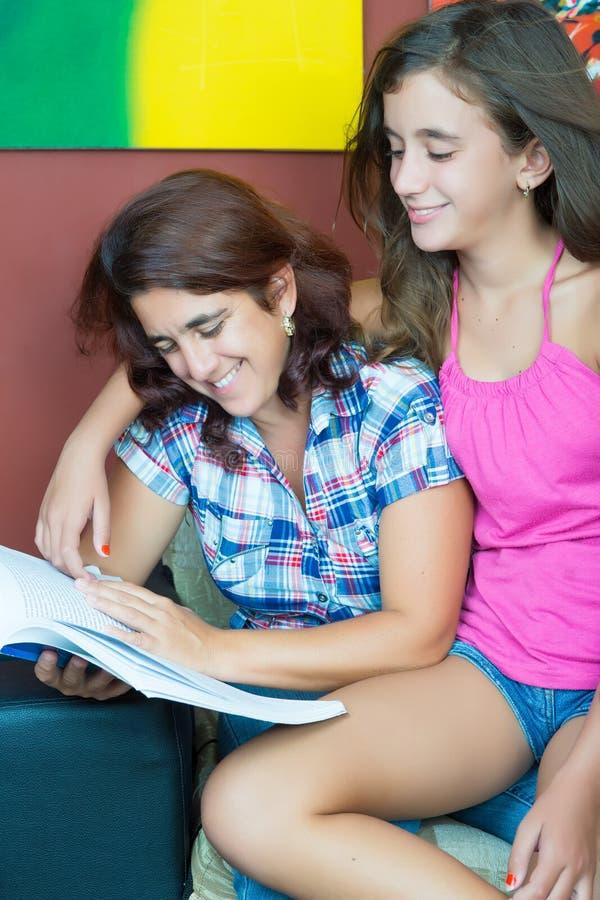 Latynos matka i jej ładny córki czytanie obrazy stock
