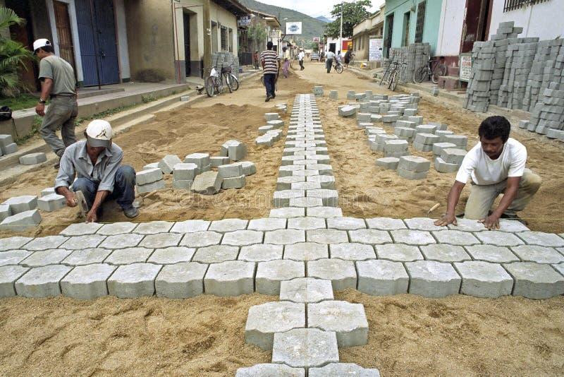 Latynoscy drogowi brukarze pracuje w ulicie, Nikaragua obrazy stock