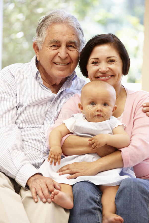 Latynoscy dziadkowie z wnukiem w domu obrazy royalty free