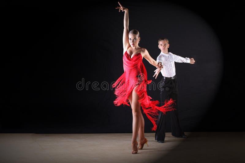 Latynoscy tancerze w sala balowej fotografia royalty free