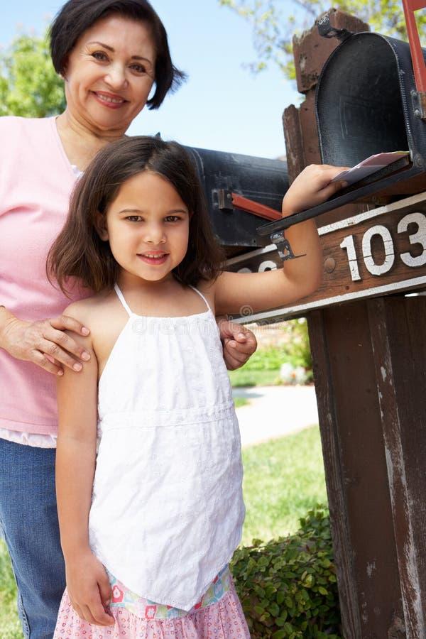 Latynoska babcia I wnuczka Sprawdza skrzynkę pocztowa zdjęcia stock