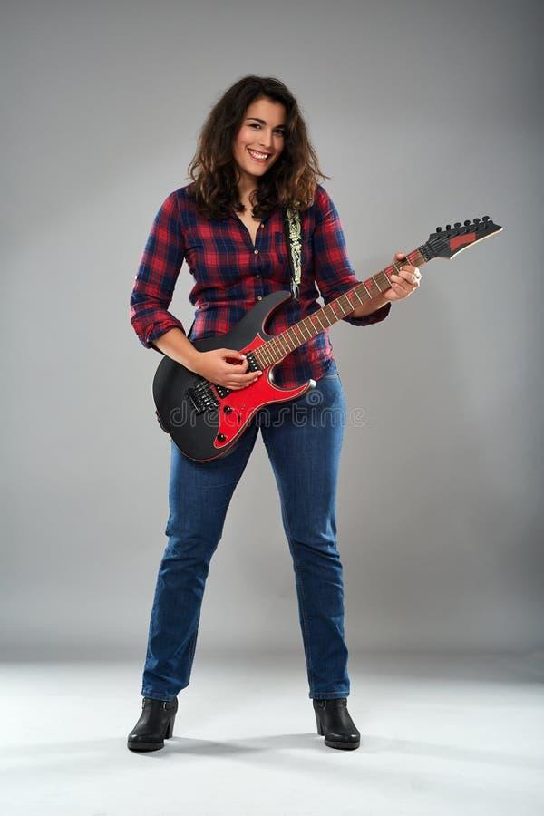 Latynoska dziewczyna bawić się gitarę elektryczną obraz royalty free