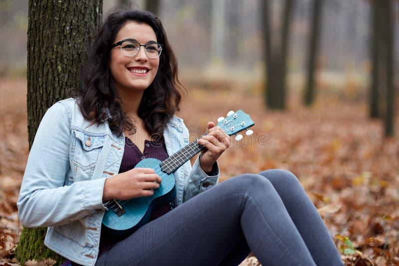 Latynoska dziewczyna bawić się ukulele fotografia stock