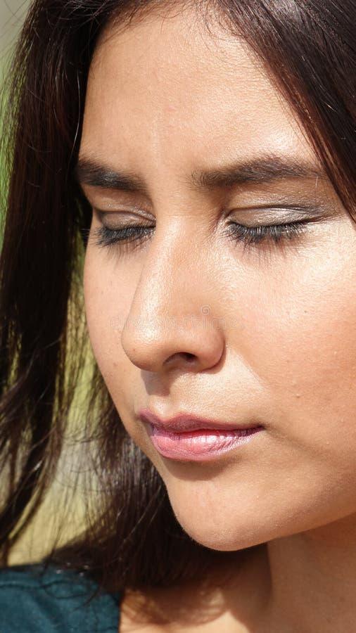 Latynoska dziewczyna Z oczami Zamykającymi fotografia stock