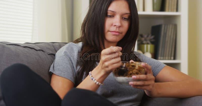 Latynoska kobieta miesza jej zboża fotografia royalty free