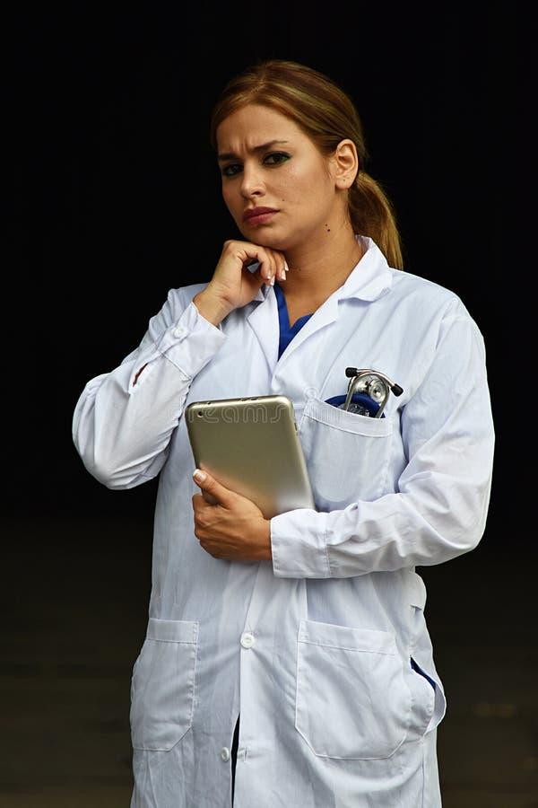 Latynoska kobiety lekarka Robi decyzji Jest ubranym Lab żakiet Z pastylką fotografia royalty free