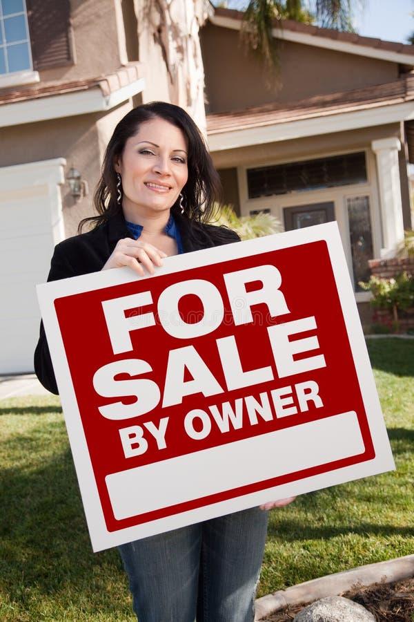 latynoska mienia właściciela sprzedaży znaka kobieta zdjęcia royalty free