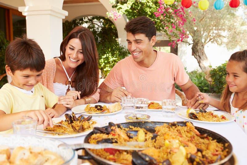 Latynoska rodzina Cieszy się Plenerowego posiłek W Domu Wpólnie obraz stock