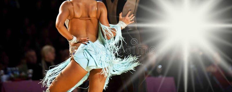 Latynoska taniec para w akcji Sportdance zdjęcie stock