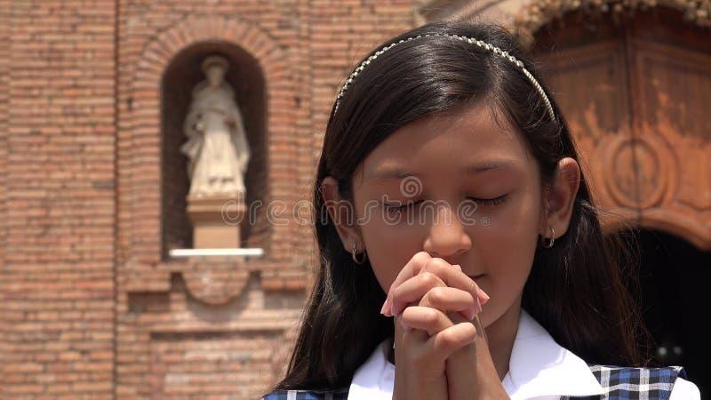Latynoski Żeński dziecko W modlitwie obrazy royalty free