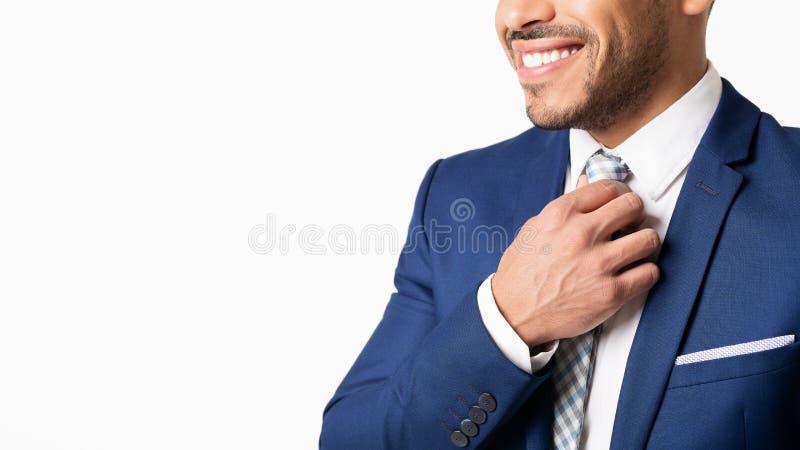 Latynoski Biznesowy mężczyzna Prostuje Jego krawat Na Białym tle, Cropped fotografia royalty free