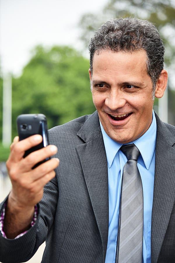 Latynoski dyrektor wykonawczy Selfy Jest ubranym kostium obraz royalty free