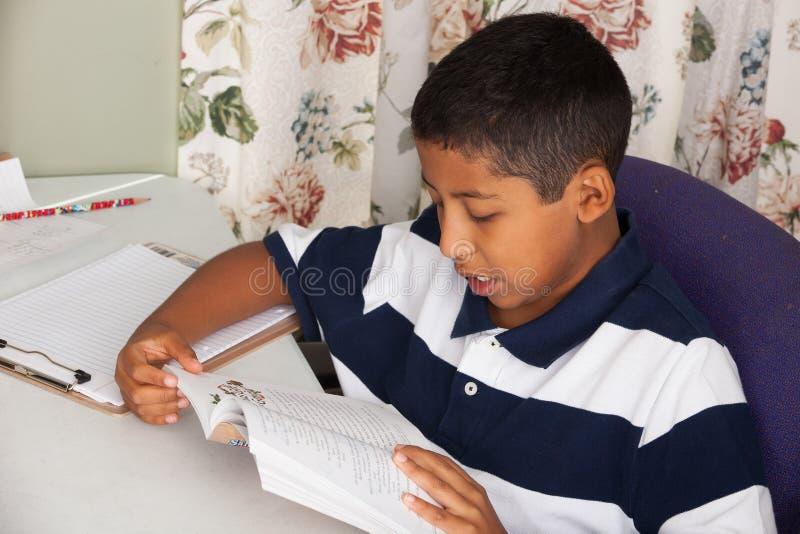 Latynoski dziecka czytanie zdjęcie stock