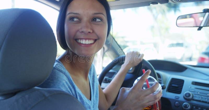 Latynoski kobiety czekanie w samochodzie obrazy royalty free