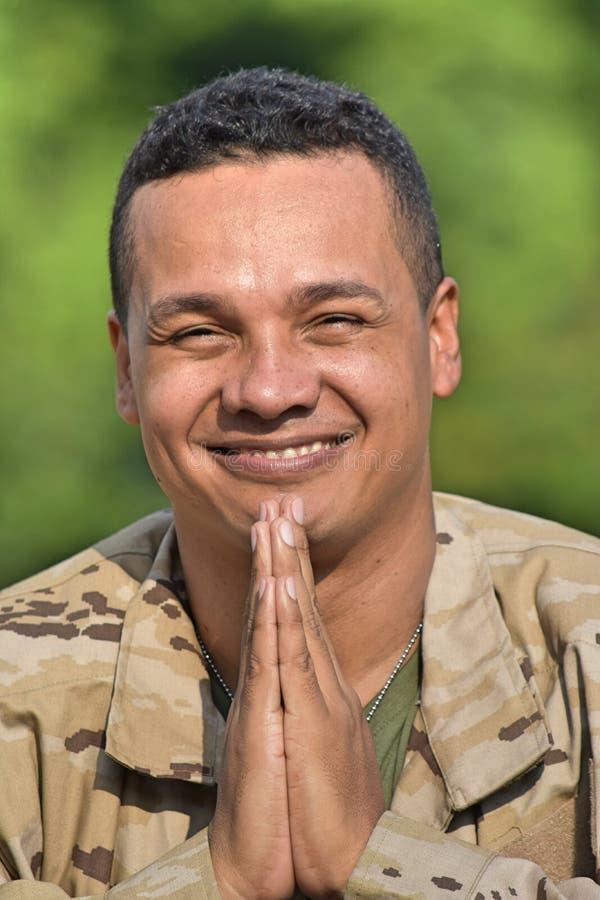 Latynoski Męski żołnierza modlenie zdjęcie stock