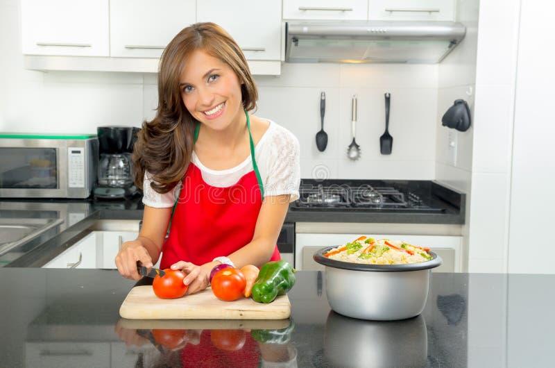 Latynoski piękny kobiety kucharstwo w nowożytnej kuchni obrazy stock