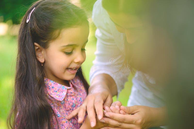 Latynoski rodzinny bawić się w pogodnym parku zdjęcie royalty free