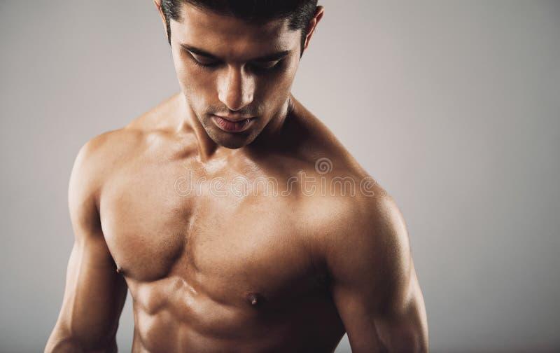 Latynoski sprawność fizyczna model na popielatym tle obrazy stock