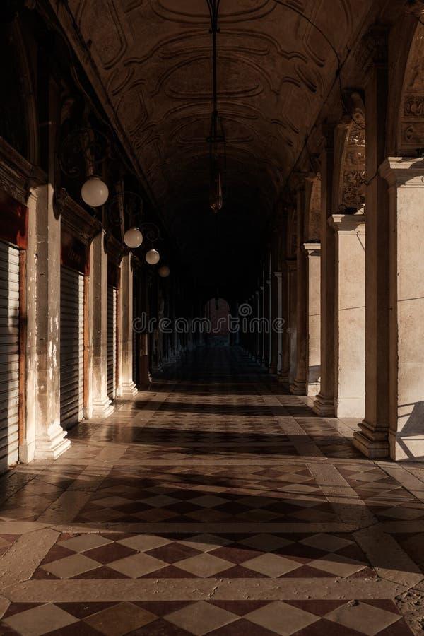 Laubengang vor der Libreria Sansovinia lizenzfreie stockfotos