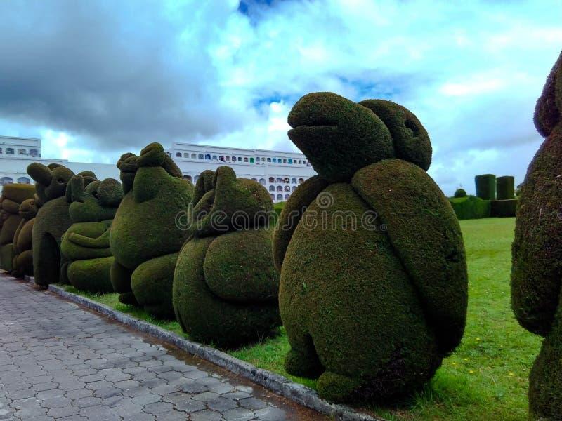 Laubskulpturen im Kirchhof, mit vorherrschenden grünen und blauen Farben lizenzfreie stockfotografie