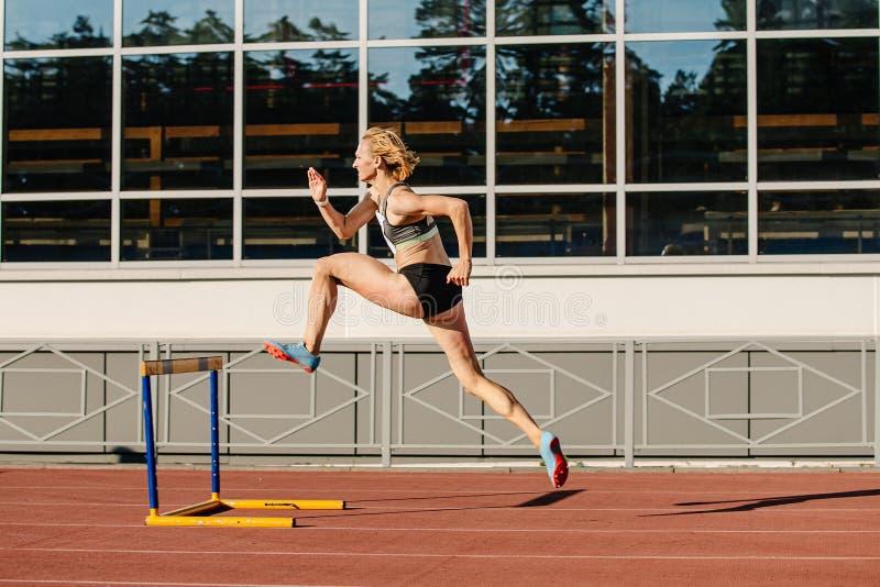 Lauf des weiblichen Athleten 400-Meter-Hürden stockbild