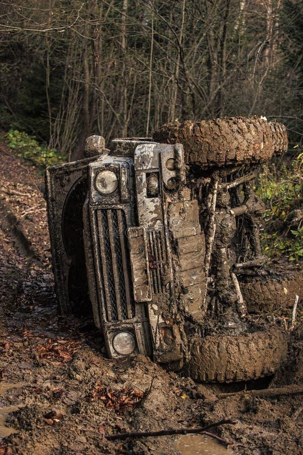 Laufen auf Autos nicht für den Straßenverkehr Schmutziges Auto nicht für den Straßenverkehr mit dunklem Wald auf Hintergrund lizenzfreie stockfotografie