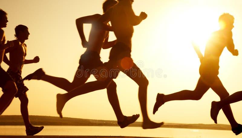 Laufen auf den Strand lizenzfreies stockfoto