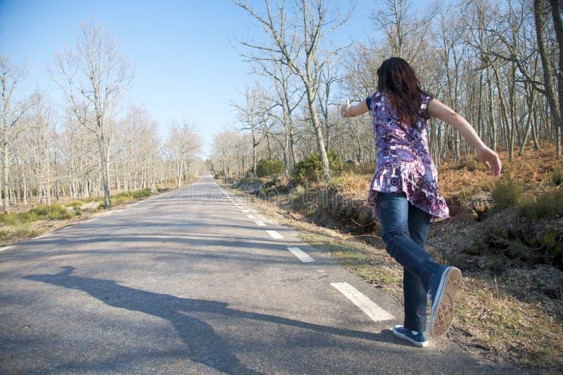 Laufen auf eine landwirtschaftliche Straße stockbild
