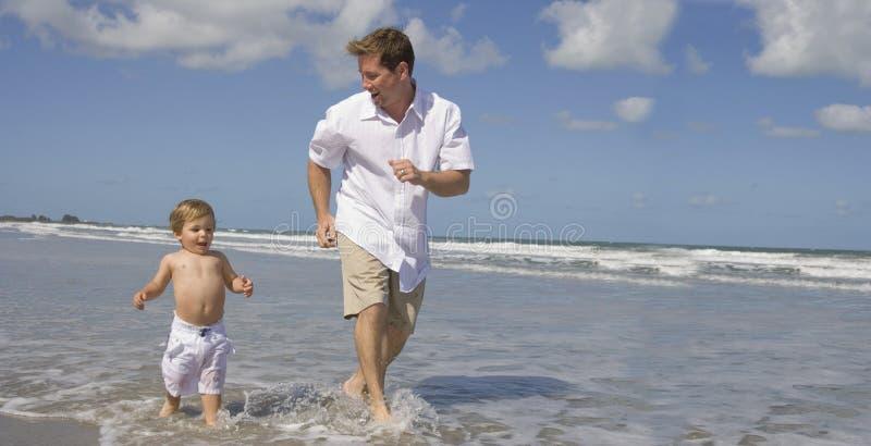 Laufen auf einen Strand lizenzfreie stockfotos