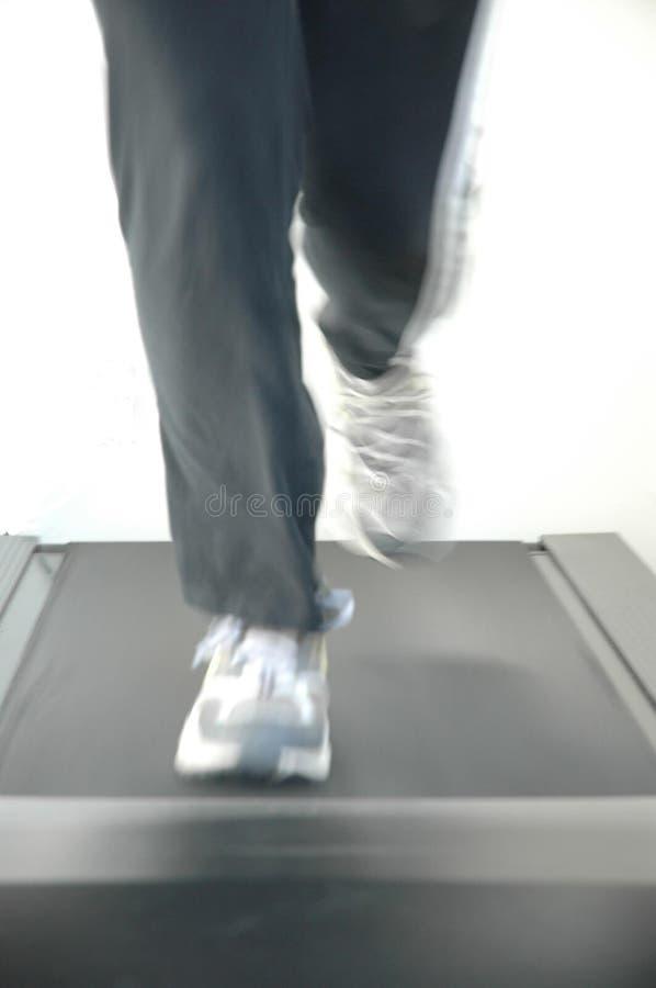 Laufen auf Tretmühle stockfoto