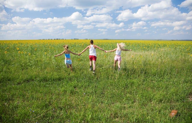 Laufen in das Feld lizenzfreies stockfoto