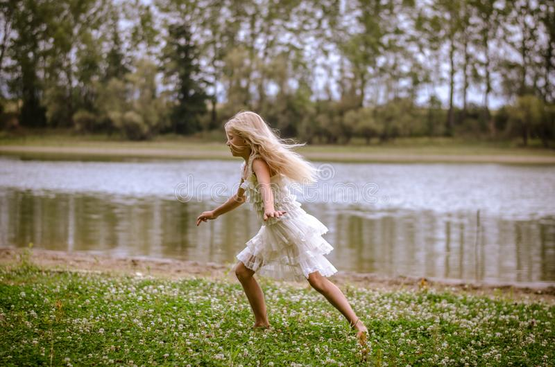 Laufen durch den Fluss lizenzfreies stockbild
