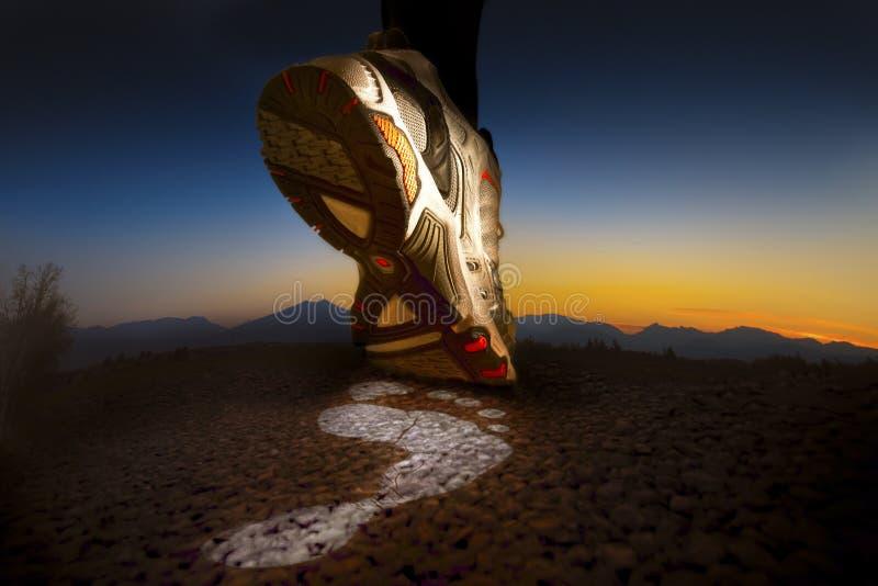 Laufen, eine Markierung von Energie lassend stockbilder