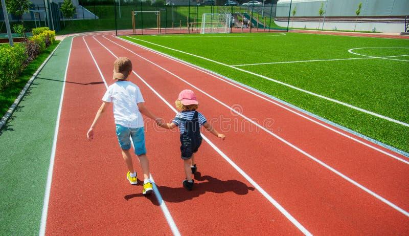 Laufen mit zwei Jungen stockbild