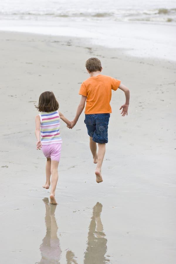 Laufen mit zwei Kindern stockfotos