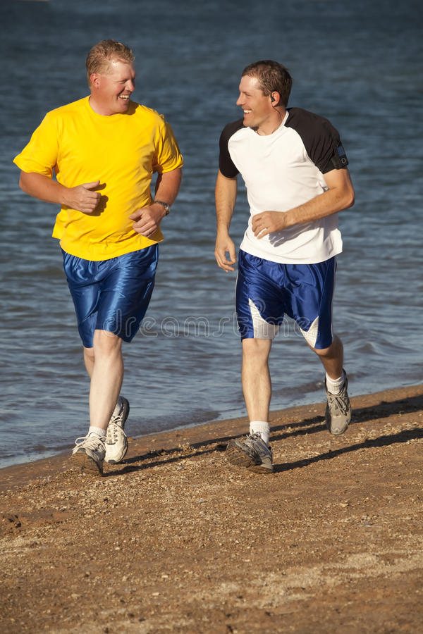 Laufen mit zwei Männern stockbild