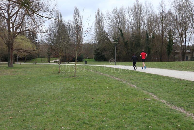 Laufen in Park stockbild