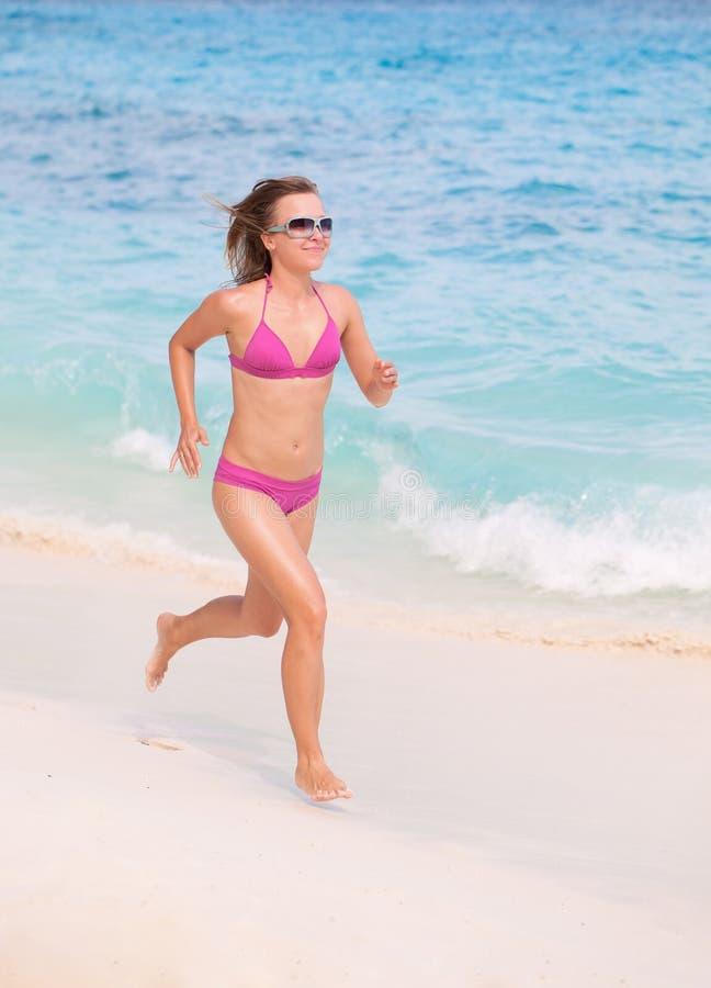 Laufen am Strand lizenzfreies stockbild