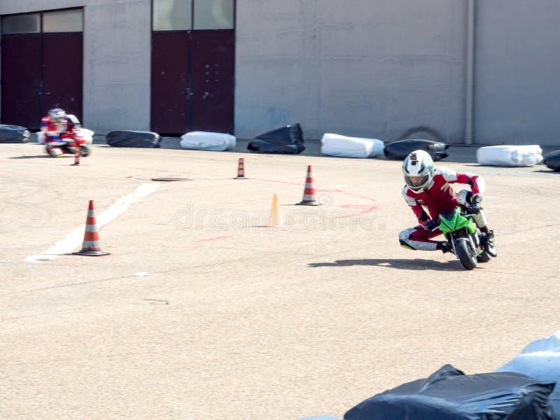 Laufen von Minimotorrädern stockfotos