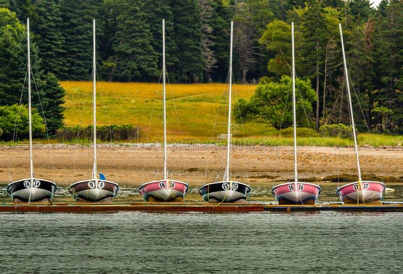 Laufen von Segelbooten mit den Zahlen, angekoppelt stockfoto