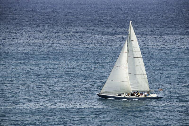 Laufen von Sloop in den Karibischen Meeren stockbilder